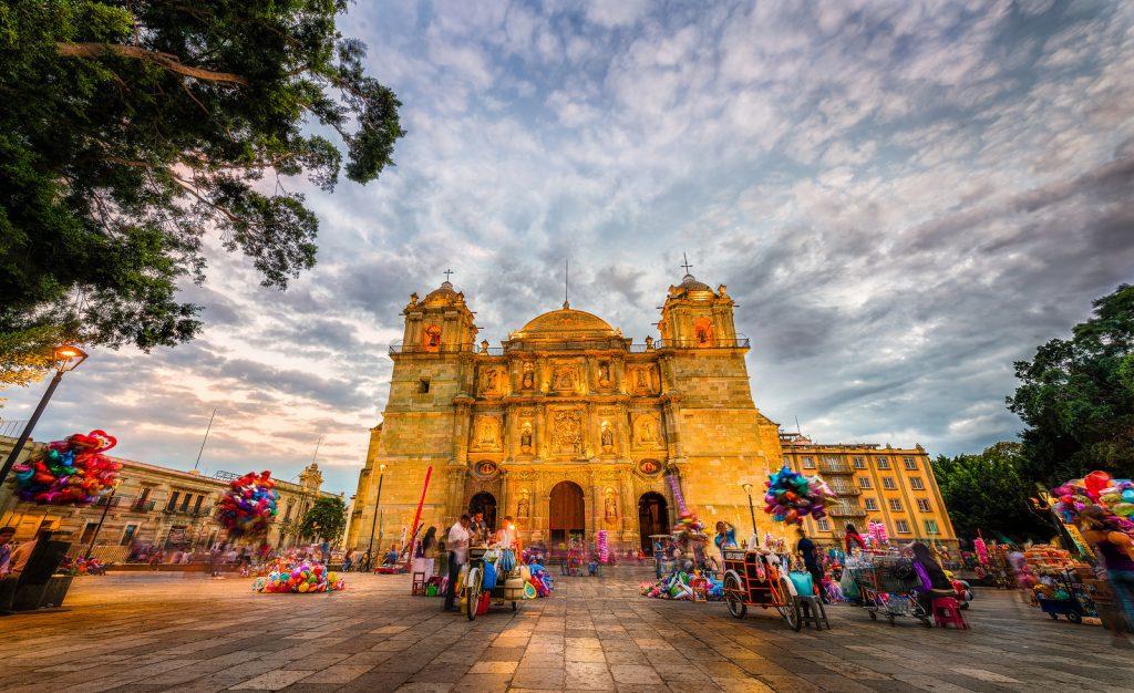День 4. Оахака – Монте-Альбан (10 км) – Дерево  «Эль Тулэ» – Дегустация напитка «мескаль» – Теуантепек (255 км).